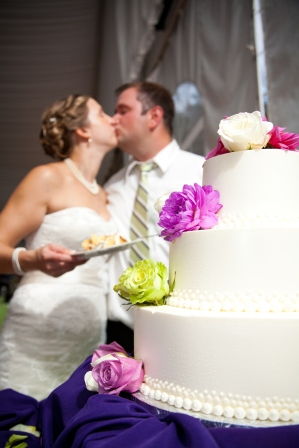 wedding cake kiss