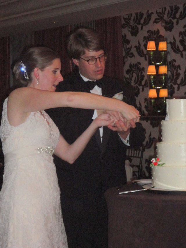 cake cutting - lumi wedding